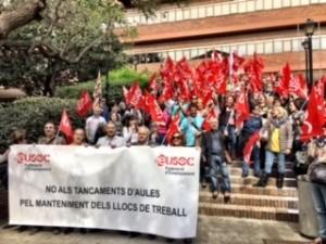 Imatge frontal de la concentració amb la pancarta i delegats al darrera
